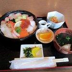 キッチンしま - 海鮮丼定食1050円です。