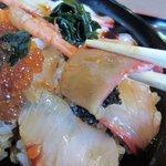 キッチンしま - 乗せられた魚はさすがに漁師町の海鮮丼とうなずける量と種類、これぞ海鮮丼と言った感じですね。