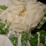 マーケットレストランAGIO - その場でチーズを削ってかけてくれるシーザースサラダ。
