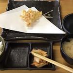 天ぷら徳家 - 頼んだのは 徳家定食(6品)。 ごはん 味噌汁 天ぷらのお皿に天ぷら1品目 取り皿 天つゆ皿 お茶 割り箸。 枝豆やキムチは 2人で行ったら 2人分まとめて。