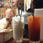 居酒屋 ゆうちゃん - ミルクハイ450円とトマトハイ濃いめ600円 後ろに店主