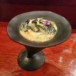 109711890 - ◎自作デザイン器に盛った 紫雲丹、海ぶどうを使った烏賊炭パスタ