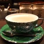 109714332 - ウエッジウッドのカジュアルなティーカップでカフェ・オ・レ。