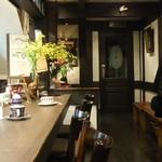 茶亭 羽當 - カウンターから入り口を見る。