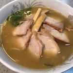 支那そば 三八 - 肉小!    麺は中細麺のストレート。やっぱり大にすれば良かった(^。^)