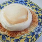 吉野麦米PAN - パリパリチーズ140円。  中にクリームチーズを挟み表面をカリッと羽根つきパンに仕上げてあります。