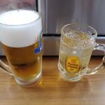 109728388 - 生ビールとウイスキー