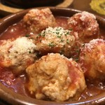 路地裏のタパス イシオカ - コリコリ軟骨入り鶏団子のピリ辛トマト煮込み 850円