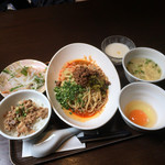 HOI - 汁無し担々麺と魯肉飯のセット