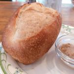 109747013 - ◆Eランチギリシャ風ハンバーグ 〜スズカキア〜 1,000円の揚げたてフランスパン。隣の謎なソースが美味い。ツナかな