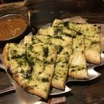インド食堂ビジエさんのカリー屋1丁目 - バジルチーズナンとチキンカレー