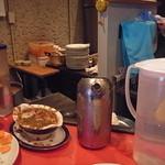 辛口料理 ハチ - カレールー皿 厨房に見えるのがスライスニンジンやらルー
