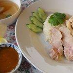 万国屋 - 料理写真:遅い朝食・早い昼食に、カオマンガイ(タイ風鶏飯)スープ付(750円)。 当店一押しの一皿です
