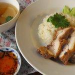 万国屋 - カオマンガイの揚げ鶏バージョン。朝10時半からの限定メニューです。