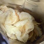 六花亭 - ポテトチップスはこんな感じ。普通の塩味ですが、軽くて美味しいです。