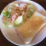 ホッパーズ - 料理写真:パスタのトーストとサラダ