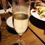 109772485 - 乾杯はビールよりスパークリングワインがいい