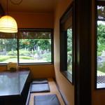 団ぷ鈴 - 店内から、庭が見えます