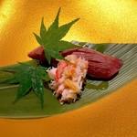 109782956 - 炙り肉寿司 蟹肉添え