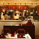 ラ・メール・プラール - オープンキッチンではオムレツづくりが目の前で見られます!