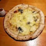 権十楼 - 四種のチーズピッツァ 1706円