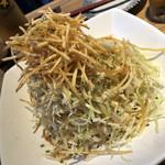 魚真 - キャベツとカリカリおじゃがのサラダ