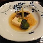 秀峰閣 湖月 - 【すずきの煮付け:凍り豆腐:青味】       この煮付けがね、あっさりしてるんだけど魚の生臭さは一切なく、しっかり味が入っていて調理法教えて欲しい。