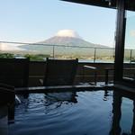 秀峰閣 湖月 - 【露天風呂つき客室の露天風呂からの眺め】       山頂は帽子を被っていますが、姿を拝めただけで充分。       これは早朝の明るくなり始めた頃の姿。