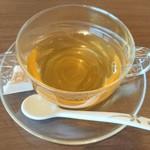 秀峰閣 湖月 - 【ウェルカムドリンクの巨峰烏龍茶】       匂いは巨峰がふわ~っと香るんですが、味は渋めの烏龍茶。山梨らしくていいですね♪