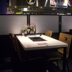 鉄板ビュッフェ グリーンズケー - テーブル席には鉄板があります