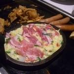 鉄板ビュッフェ グリーンズケー - 丸いのはお好み焼き焼いてます