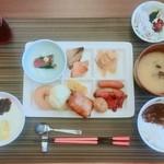 秀峰閣 湖月 - 【朝食バイキング例】       私が朝食の写真撮ってなかったので、妹に送ってもらいました。(写真は妹の食べたもの)       右上が私オススメの釜揚げしらす。