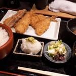 京ばし松輪 - アジフライ定食 全景。ごはん漬け物、赤だしも美味しい!