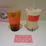 チュータピ - 左が見本。右が、かき混ぜた後の日本茶チューフォーム。