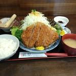 とんかつ 櫻家 - こちらは国産ジャンボロースとんかつ定食。キャベツの盛りもよろしく、夢に出てきそうなヴィジュアルにうっとりちゃって食べることを忘れます(おつ