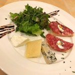 109824978 - イタリアサラミのクロスティーン チーズのかけら