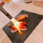 にくと酒とACT - お通しのブリスケ炙り寿司