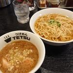 つけめんTETSU - あつもり 麺は薄めのスープにつけてあります。