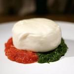 109862618 - ✦世界一トマト ケールのジェノベーゼとブラータチーズ                         お店のイチオシ☆                       クリーミーでコクがあるのにしつこさのないブラータチーズ                       ケールのジェノベーゼがこれまた合う。文句無しに美味しい