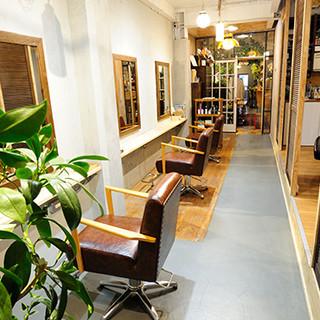 大人女性が集うヘアサロンを併設した新感覚のカフェ&バー