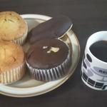 キングベーク - プレーンマフィン(左下)・チョコレートマフィン(右下)・ブルーベリーマフィン(左上)・エクレア(右上)をブラックコーヒーと一緒に