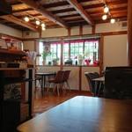 ピザ&カフェ SoyoKaze - ログハウス風の内装になっております。