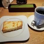 109899377 - コーヒーとチーズトースト