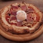 モダン個室×肉料理×しゃぶしゃぶ居酒屋おとずれ - 生ハムと温玉のピザ