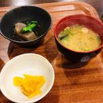 109901393 - ハラカル丼にセットの味噌汁・小鉢・漬物