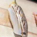 扇鮨 - 小肌、砂糖〆、初日。三日目のものと食べ比べ