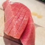 扇鮨 - ミナミ鮪の中トロ。アイルランド産。黒鮪のような酸味は無く綺麗な脂。夏場はミナミ鮪がウンマイ
