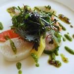 109927243 - サーモントラウト、タイラギ貝、甘海老のサラダ、山葵とバジル風味ソース