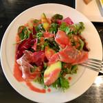 トラットリア ゴデレッチョ エビス - パスタランチ1,000円、ビーツドレッシングのサラダ