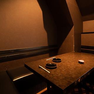 4~6名様用の個室と半個室も1部屋ずつご用意しております。